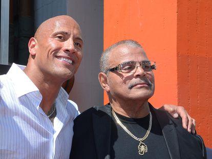 El actor Dwayne 'The Rock' Johnson posa con su padre, el luchador profesional Rocky Johnson, en Hollywood en 2015.