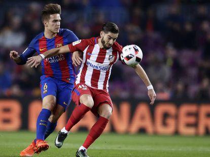 Carrasco trata de marcharse de Denis Suárez en el último Barcelona-Atlético de Copa.