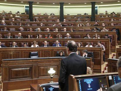 Rajoy (de espaldas) contesta a una pregunta en la sesión de control al Gobierno del 30 de noviembre.