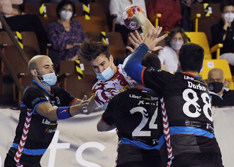 Pérez de Arce, from Ademar, attacks the Sinfín defense last Saturday in the first elite match in Spain with masks.