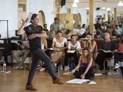 Antonio Banderas, el pasado lunes en un momento del ensayo de 'A Chorus Line' en la Escuela Superior de Artes Escénicas de Málaga.