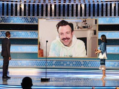 El actor Jason Sudeikis agradece, desde su casa y en sudadera, el Globo de Oro por su papel en 'Ted Lasso', el 1 de marzo de 2021. Es una de las imágenes más poderosas y contemporáneas que dejó la gala número 78 de los Globos de Oro, que inicia la primera temporada de premios en plena pandemia.