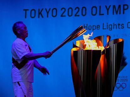 Encendido del fuego olímpico durante la ceremonia de relevos de la antorcha en el Parque Shiba, en Tokio.
