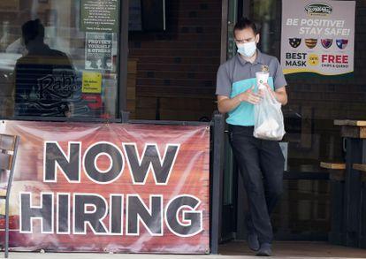 Un cliente saliendo de un restaurante en Richardson (Texas), en una imagen de octubre.
