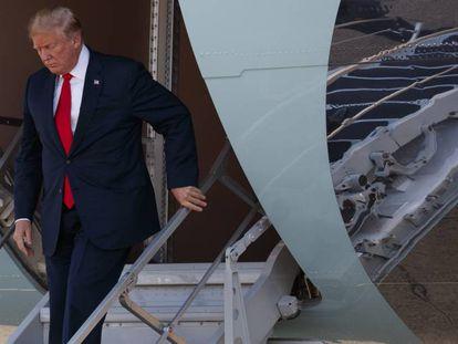 El presidente de los Estados Unidos, Donald Trump, saliendo del Air Force One en Dallas (EE UU).