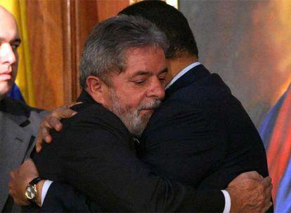 Lula Da Silva abraza a Hugo Chávez, a la derecha, durante una visita de Estado a Venezuela el año pasado.