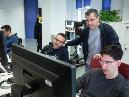 Bernardo Quintero, de pie, con su equipo de VirusTotal en las oficinas de Málaga en el invierno de 2020.