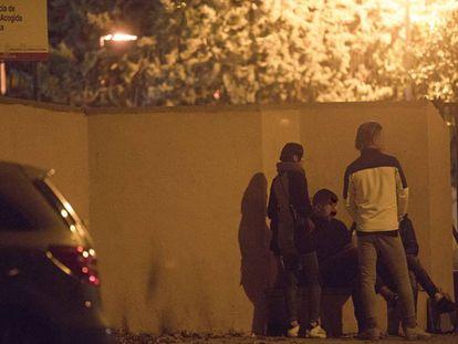 Varios menores a las puertas del centro de primera acogida de Hortaleza, a finales del pasado noviembre.