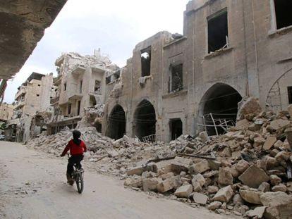 Un niño monta en bicicleta, este jueves en Alepo (Siria).