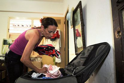 Irene Viera, esposa del prisionero político Julio César Gálvez, hace las maletas para viajar a España.