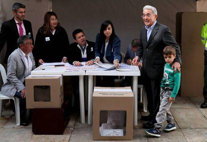 El expresidente colombiano Álvaro Uribe vota en las elecciones legislativas.