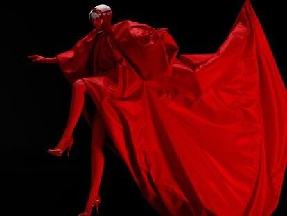 'Apocalipsis - la nueva realidad' es la colección de la diseñadora Eva Iszoro que ha sido presentada de manera física en la edición más reciente de la Mercedes Benz Fashion Week Madrid y en la versión virtual de London Fashion Week. ACCIDENTAL CUTTING