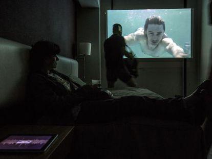 Instalación de Émile Brout & Maxime Marion (22.48 m2 Gallery), en la habitación 17 del hotel Catalonia Ramblas.