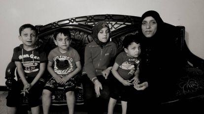 Um Salah con sus cuatro hijos, este año, en su casa de Alepo.