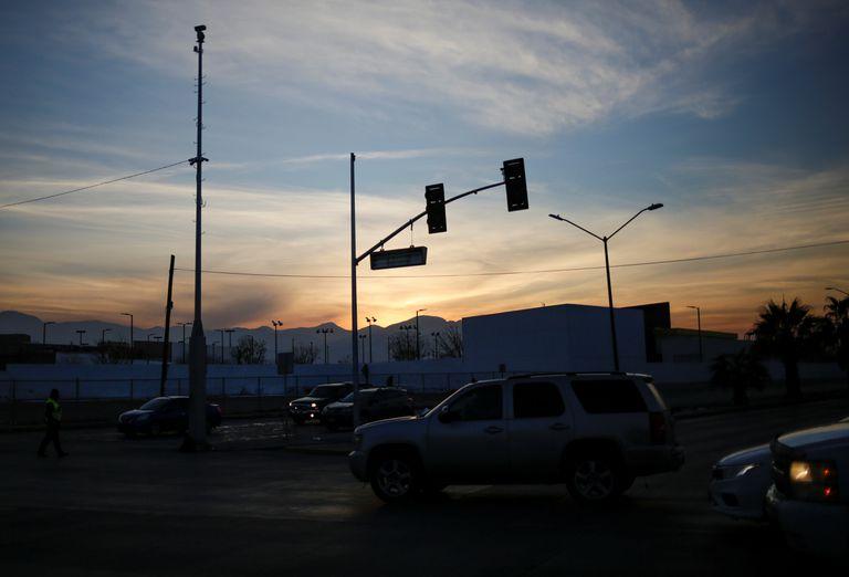 Postes de luz sin electricidad durante el apagón en la red eléctrica de México, en Ciudad Juárez, el 15 de febrero de 2021.
