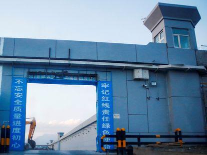 """Entrada al """"centro de reeducación"""" en Xinjiang, así llamado por el Gobierno chino."""