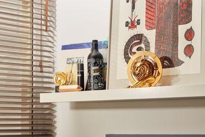 Uno de los premios Cannes Lions que ha ganado el creativo ocupa este discreto rincón de su casa en Madrid.