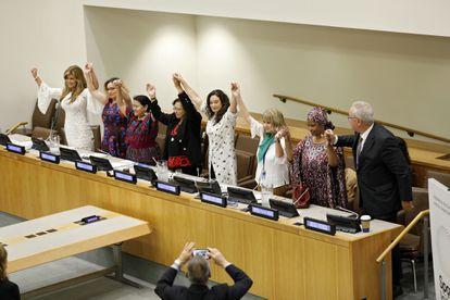 Un grupo de mujeres políticas y activistas alza las manos durante un evento de la Asamblea General de la ONU de 2018 titulado 'Poniendo el foco sobre el feminicidio en América Latina'.