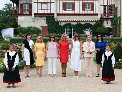 El pasado 26 de agosto en Biarritz. En el centro, de rojo, Brigitte Macron junto a Melania Trump, vestida de blanco, junto a otras primeras damas.