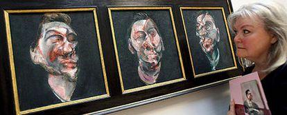 Una visitante de la exposición contempla el tríptico <i>Tres estudios para un retrato de George Dyer,</i> pintado por Bacon en 1963.