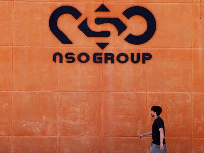 Un hombre pasa junto al logo de la empresa cibernética israelí NSO Group en una de sus sucursales en el desierto de Arava, al sur de Israel el 22 de julio de 2021.