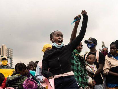 Un grupo de ciudadanos protesta contra la brutalidad policial en el asentamiento de Mathare, en Nairobi, capital de Kenia, el 8 de junio de 2020.