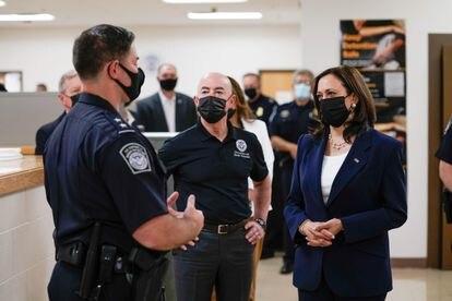 Harris habló con varios agentes en el centro de procesamiento de El Paso, donde llegaron los solicitantes de asilo.
