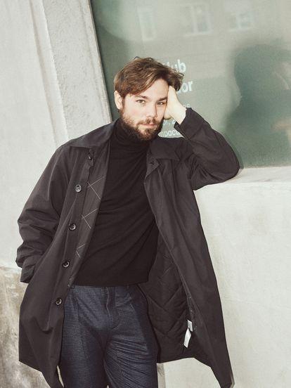 Carlos Cuevas posa en Madrid con barba por exigencias del guion de su nueva serie.