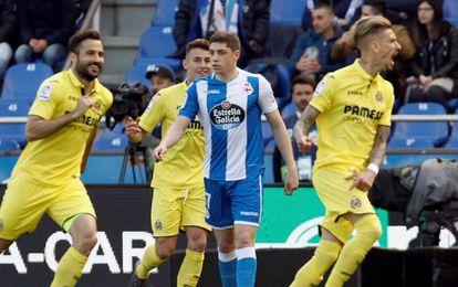 Samu Castillejo y Mario Gaspar celebran el primer gol del Villarreal ante la desolación del deportivista Fede Valverde.