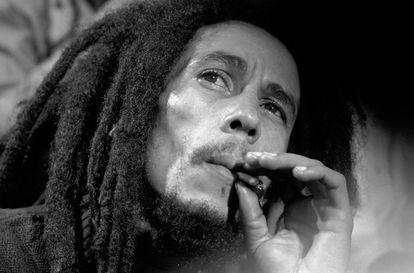 Bob Marley, en una entrevista fumando marihuana tras un concierto en el Fox Theater en Atlanta en 1979.
