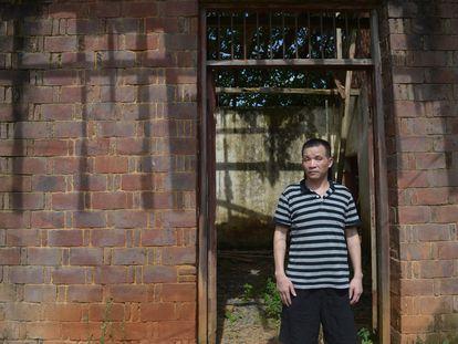 Zhang Yuhuan, en la puerta de su casa en el pueblo de Zhangjiacun, el miércoles tras ser liberado.