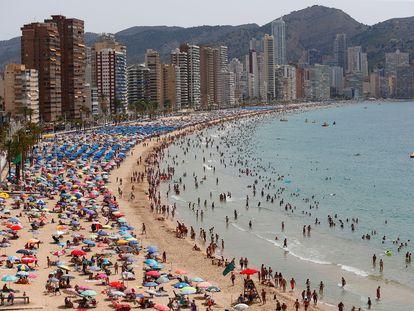 Cientos de turistas disfrutan de la playa de Levante de Benidorm, el pasado viernes.