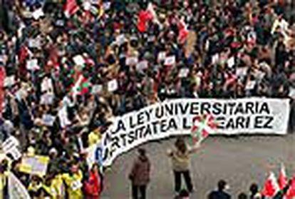 """De """"un lío con mucha gente por la calle y muy variada"""" ha calificado el presidente Aznar la multitudinaria manifestación contra la LOU."""
