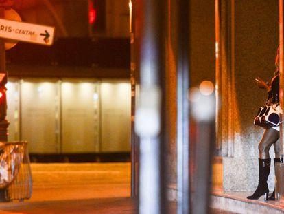 Una mujer ejerciendo la prostitución en las calles de París.