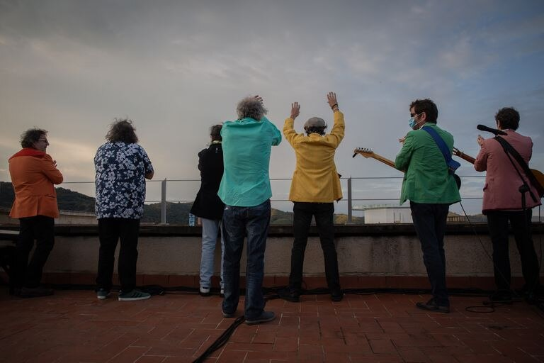 El grupo Los Manolos rindió homenaje a los sanitarios con un concierto en la azotea del Hospital de la Vall d'Hebron en Barcelona, el pasado 23 de abril.