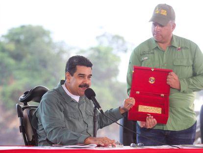 Nicolás Maduro muestra un lingote de oro durante un acto.