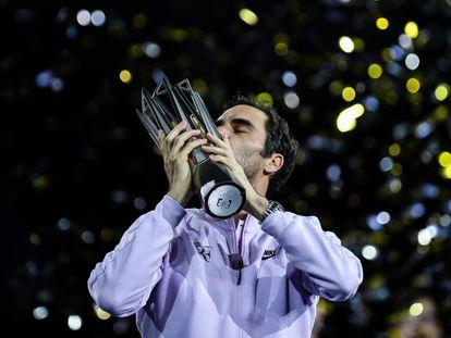 FOTO: Federer besa el trofeo de campeón, este domingo en Shanghái. / VÍDEO: Fragmento del partido.
