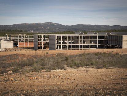 Las estructuras de hormigón de lo que iba a ser la cárcel Levante II en Siete Aguas se han mantenido inalterables desde 2012, en una imagen captada hace tres años.
