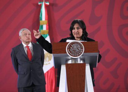 La exsecretaria de la Función Pública Irma Eréndira Sandoval, junto a López Obrador, el 23 de enero de 2020.
