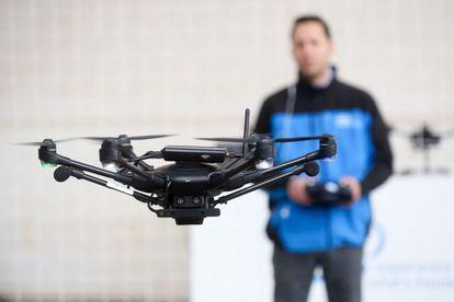 Un hombre maneja un dron en una demostración en el Mobile World Congress