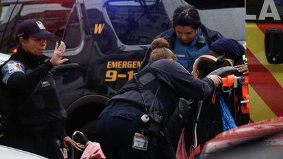 Una mujer recibe asistencia médica este martes en la zona del tiroteo registrado en Nueva Jersey.