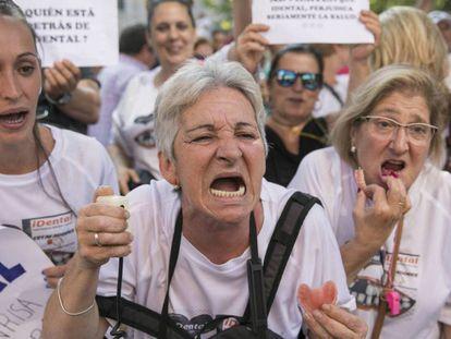 Protesta de afectados por el cierre de clínicas de iDental, en Madrid.