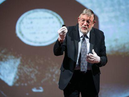 William Phillips muestra una réplica del Prototipo de Kilogramo Internacional durante la conferencia de física atómica en Barcelona.