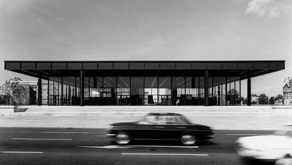 Neue Nationalgalerie, museo diseñado por Mies van der Rohe, en Berlín, poco después de su inaguración en 1968.