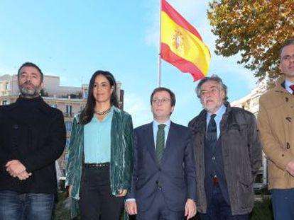 El alcalde de la capital preside la colocación de una rojigualda monumental en una plaza del centro de la ciudad