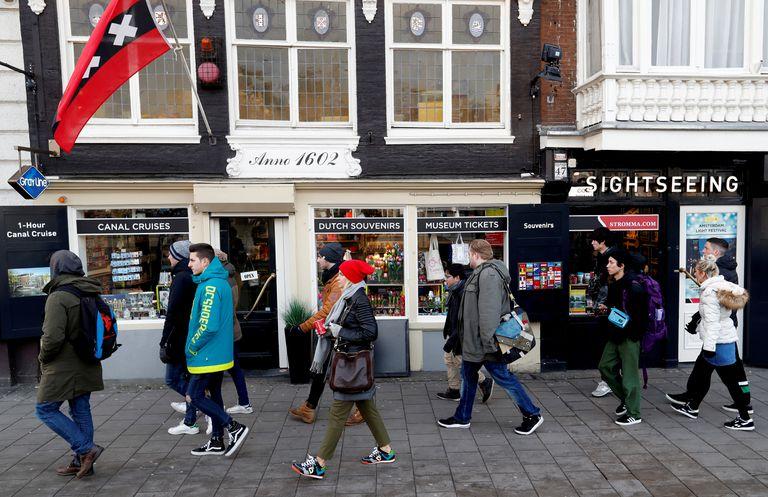 Turistas pasean por el centro de Ámsterdam.