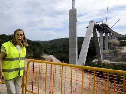 La ministra de Fomento, Ana Pastor durante la visita a las obras de construcción de la Línea de Alta Velocidad