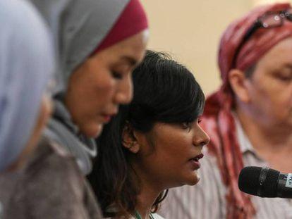 La hija de una de la pasajera del vuelo MH370 declara en Putrajaya (Malasia).