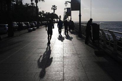 Corredores libaneses entrenando en el paseo marítimo de Beirut.