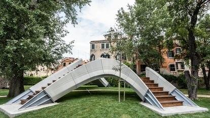 Vista general del puente Stratius diseñado por Zaha Hadid y el grupo suizo de investigación Block.